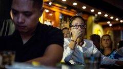 Тайпе, Тайван, 9 ноември, 2016-а година. Поддръжничка на Хилъри Клинтън плаче в бар по време на обявяването на резултатите от изборите за президент в САЩ на живо.
