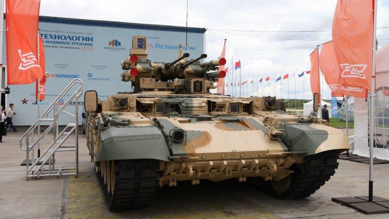 """БМПТ взема шасито на основния боен танк T-90 и заменя кулата му с... с много оръжия. На практика """"Терминаторът"""" е въоръжен с две 30-милиметрови автоматични оръдия 2A42, два автоматични гранатомета АГС-17 """"Пламя"""", четири противотанкови ракети 9M120-1 """"Атака"""", които са в състояние да достигнат цели до 6 километра разстояние, а в някои случаи притежава и дистанционно управляема 7,62 милиметрова картечница."""