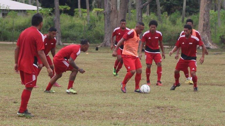 Тонга - рекордно класиране №163 Кралство Тонга е архипелаг в южните части на Тихия океан. То се намира на юг от Самоа и на изток от Фиджи. Тонга е единствената островна държава в Тихия океан, която е с непокътната монархия. В региона най-популярният спорт е ръгби, а футболът изостава сериозно.