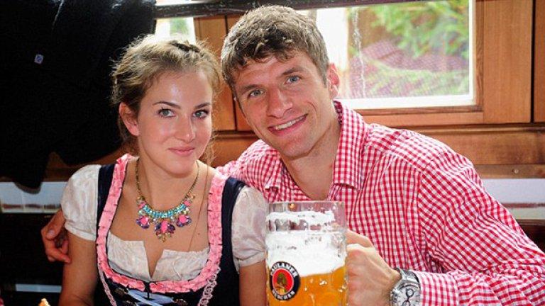 Томас Мюлер тренира левия си бицепс, а дясната ръка е за съпругата му Лиза.