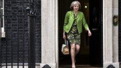 """С Тереза Мей - основният кандидат за наследник на Дейвид Камерън във Великобритания, германските анализатори се чудят дали британският вътрешен министър няма да е """"дубликат на германския канцлер"""". Подобно на Меркел Мей """"действа резервирано и трезво, но... винаги знае какво иска"""".  Tя също така - е жена"""