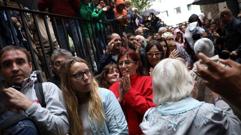 Според местните власти основна вина има испанската полиция, която разбиваше избирателни секции в образователни центрове и болници