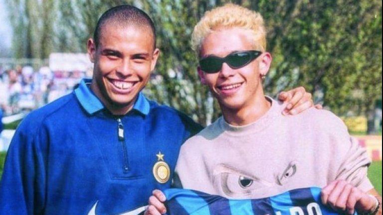 Две големи легенди: Роналдо, докато играеше за Интер, и мото шампиона Валентино Роси.