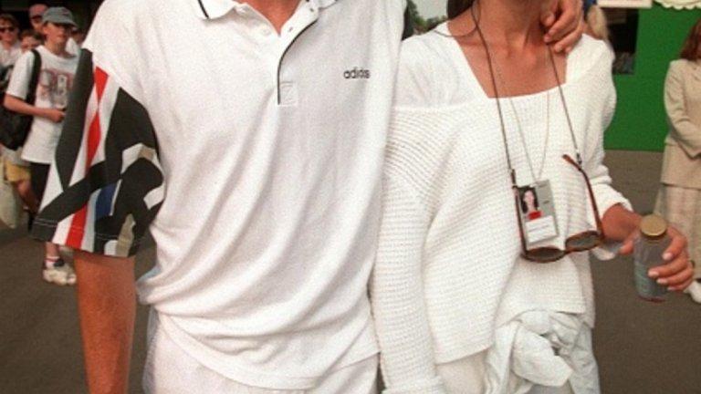 7. Шамар от съпругата! 1995-а беше интересна година за тениса. Отново на Уимбълдън, Джеф Таранго напусна бесен корта след скандал със съдията на стола. Тогава в играта се включи жена му. Тя приклещи съдията и му удари не един, а два шамара в лицето. Не тя обаче, а съпругът й трябваше да плаща за действията й. И по-точно – 63 000 долара. Таранго бе изхвърлен и от турнирите от Големия шлем за период от две години. Впоследствие, наказанието бе намалено на само една година и глоба в размер на 20 000 долара.