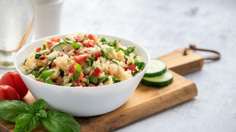 Средиземноморска салата от кускус  А за колко време ще се свари един кускус? За 10 минути максимум. На фона на часовете, които една питателна вечеря може да отнеме, тези 10 минути звучат като благодат. Докато кускусът се вари без да изисква нищо от вас, нарежете каквито зеленчуци се сетите - чушки, които може да са печени и белени или сурови, домати, зелен лук, краставици или тиквички.   Заедно с кускуса залейте със зехтин, лимон и подправяте с джоджен и сол на вкус. Разбъркайте и вечерята ви е готова. Може и да го наричат салата, но съдържа ли макаронено изделие, то бъдете сигурни, че ще ви засити идеално. И можете да експериментирате с всички видове паста, за които понякога е нужен само подходящ сос.