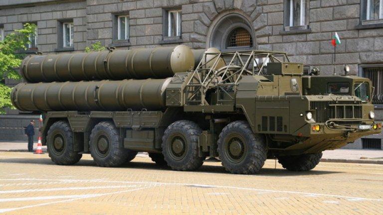С-300 Най-модерният зенитно-ракетен комплекс на въоръжение у нас е С-30ПМУ. Той е предназначен за охрана на стратегически обекти от национално значение. В България разполагаме с един такъв комплекс, който охранява София. Може да унищожава цели летящи на височина от 27 km и на отдалечение от 90 km.