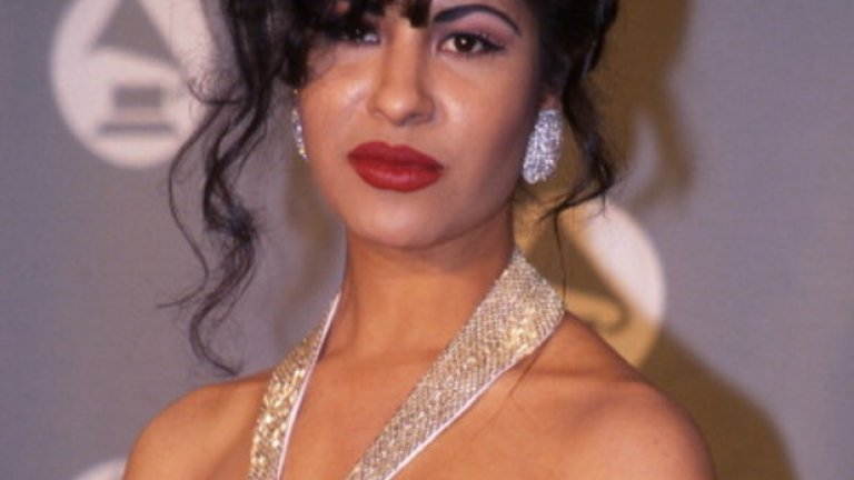 Селена  През 1995 г. мексиканската Мадона е застреляна от председателя на фенклуба си, когато е само на 23 г. Преди няколко месеца Rolling Stone и други големи издания обявиха, че се готви появата на нейната холограма, която не само ще ходи на турнета, но и ще издава нови песни. Оттогава кампания по събиране на средства в Indiegogo претърпя тежък провал, но все още съществува вероятността да видим холограмата на Селена от 2016-а нататък.