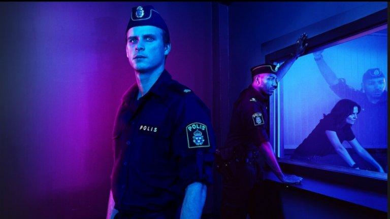 """Противно на очакванията ни за тази дистопична година, септември е доста щедър месец откъм премиери и нови сезони на стари любими сериали.Ето защо поглеждаме към стрийминг платформите и вадим най-хубавото в галерията ни: Young Wallander (Netflix) – 3 септември В България криминалният сериал """"Инспектор Валандер"""" на BBC е излъчван по БНТ и Bulgaria On Air, така че ако сте го гледали там (или другаде), имате добра основа за епизодите, които скоро ще се излеят в Netflix.  Историята в """"Младият Валандер"""" ще гледа към периода преди оригиналния сериал, но както и предшественика си, ще стъпва върху шведските детективски романи на Хенинг Манкел.  Според синопсиса на платформата първият сезон ще се фокусира върху престъпление на омразата, запалило искрата на сериозни граждански вълнения, а зад разследването, разбира се, ще застане тъкмо младият Кърт Валандер (шведът Адам Палсон). Доза полицейска крими драма от старата школа? На пръв поглед да, но предвид епохата на насилие и анти-настроения очакваме всичко."""