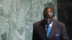 След оставката на Робърт Мугабе (на снимката), доскорошният вицепрезидент Емерсън Мнангагуа оглавява страната до следващите избори.