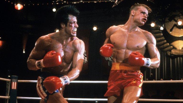 """""""Роки"""" (Rocky)  А ето и малко спортна драма, която да ви вдъхнови да потренирате малко, макар и затворени вкъщи! Обиколки на хола, клекове в кухнята, лицеви опори с помощта на леглото или упражненията със стол, които ви препоръчахме - филмите за Роки Балбоа са трогваща история не само за бокса и желанието да успееш, но и за предизвикателствата на живота.  Да, поредицата има своите слаби моменти (""""Роки IV""""), но след това идва нов връх в лицето на спинофите """"Крийд"""" и """"Крийд II"""", в които Роки вече е треньор на сина на един от най-големите си опоненти/приятели. Ако коронавирусът е Иван Драго, това е поредицата, която да ви надъха да го победим заедно."""