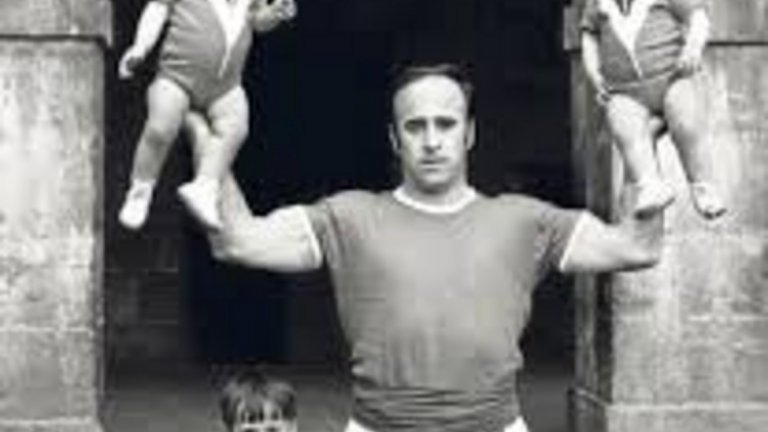 Можете ли да познаете някой от снимката? Долу на земята е малкият Джулен Лопетеги. Мъжът с двете деца в ръцете пък е бащата на бившия треньор на Испания и Реал Мадрид.