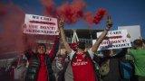 """Протест на феновете на Арсенал пред """"Емирейтс"""" срещу настоящото ръководство в лицето на Стан и Джош Крьонке преди загубата от Евертън с 0:1."""