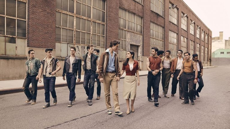 """Един проект на Спилбърг, който ще стане реалност, е филмовата адаптация на популярния мюзикъл за Бродуей """"Уестсайдска история"""" (Westside Story). В главните роли са Ансел Елгорт (Baby Driver) и дебютантката Рейчъл Зеглър, които ще видим като тийнейджърите Тони и Мария. Двамата се влюбват, въпреки че са свързани с различни банди от пейзажа на Ню Йорк през 50-те години.  Стивън Спилбърг от години има интерес към създаването на адаптация на """"Уестсайдска история"""", а забавянията около """"Индиана Джоунс 5"""" му позволиха да реализира този проект. Снимките на филма завършиха още през септември 2019 г., а премиерата към момента е предвидена за декември 2020 г. Естествено, като с всички други големи заглавия, големият въпрос е дали и тази мащабна продукция няма да бъде отложена заради пандемията."""