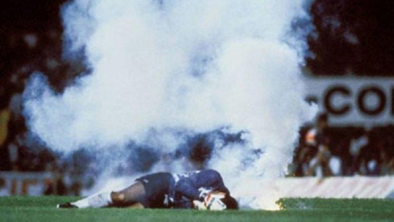 8. Бразилия срещу Чили, септември 1989  Победа в тази среща означава съхраняване на шансовете на Чили за класиране на Мондиал 90 в Италия. В средата на второто половреме, обаче, ситуацията не изглежда обещаваща при резултат 1:0 за Бразилците.  Малко след това, обаче, факла бива хвърлена на терена, като в резултат вратарят на Чили Роберто Рохас пада на земята, а от главата му шурти кръв.  В резултат чилийските футболисти напускат терена от страх за сигурността си. Последвалото разследване показва, че чилийсткият страж е използвал бръснарско ножче за да разкървави главата си.  ФИФА наказва Чили, изваждайки тима от квалификациите за Мондиали 90 и 94.