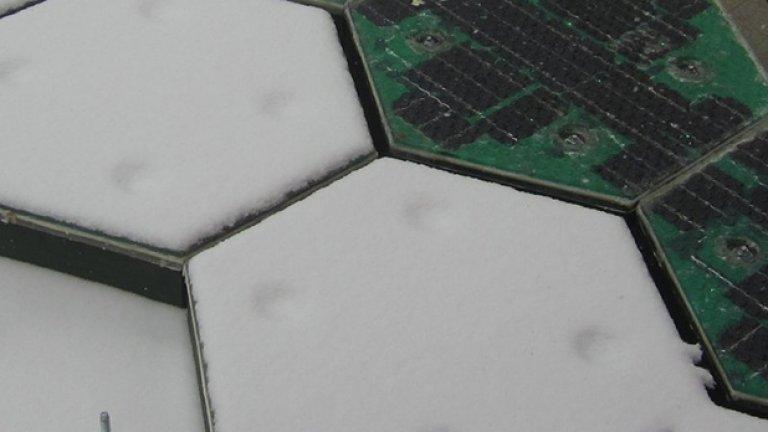 Тест за сняг: едните панели са затоплени и топят снега, а другите - не