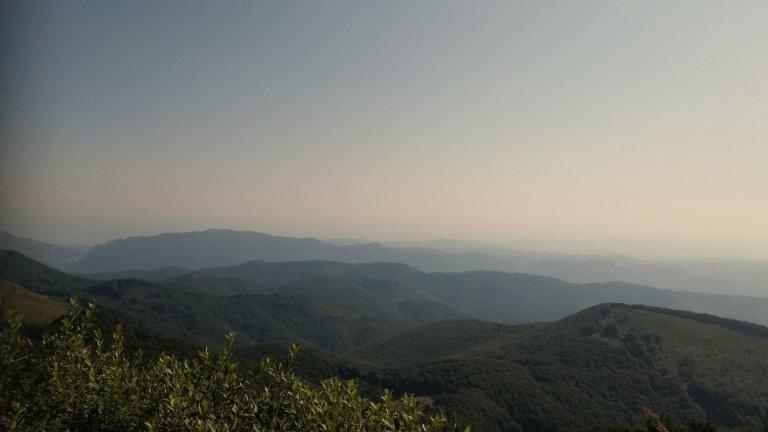 """Екопътека """"Поглед към девет планини""""Верила, Витоша, Голо бърдо, Пирин, Рила, Черна гора, Коньовска, Земенска и Пенкьовска планина. Това са въпросните девет планини, които ще видите от билото на този сравнително нов маршрут. Изходната точка за него е село Сирищник  в Пернишко, което се намира на 62 километра от София. Началната точка е площадчето на църквата """"Св. Неделя"""" в неговия център, откъдето хващате маркировката.  Предстои по пътя да видите друг параклис, мозайката """"Окото"""", а след час и половина - крайната точка, където се намира заслонът """"Погледец"""". Името му посказва, че дългоочакваната гледка ще се отпусне пред вас тъкмо там."""