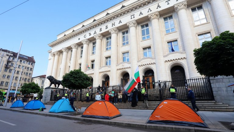 Демонстрацията цели да попречи на главния прокурор да влезе в сградата