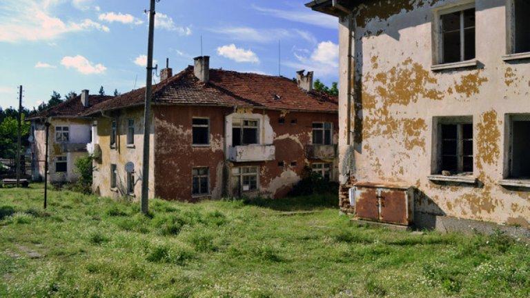 Призрачното село Звездец. Освен от 500-те местни жители, популацията тук е запълвана и от почти 2000 военнослужещи от вече разформированото поделение.