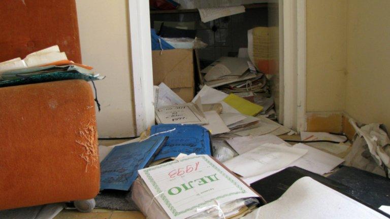 По пода се въргалят доста документи, свързани с функционирането на сградата в   в периода 1991-2009 година