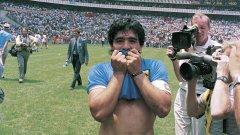 Диего Марадона целува фланелката на Аржентина след победата над Англия на четвъртфиналите на Мондиал 86