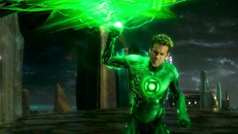 Райън Рейнолдс - Зеленият фенер   Всички чакаме да видим Рейнолдс във втората част на Deadpool, а някои през това време си припомняме първия филм. Факт е, че този образ успя да ни стане любим от пръв поглед. Но преди това актьорът влезе в образа на Зеления фенер, който привлече феновете и след това ги отблъсна със слаб продукт.   Според самия Рейнолдс продукцията е разчитала твърде много на визуалните ефекти и не се е обърнало никакво внимание на сюжета. Освен това се оплаква, че на места кадрите изглеждат почти анимационни – толкова сериозна е дигиталната намеса. С една дума – разочарование.