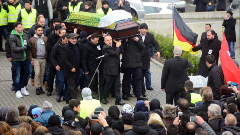 Много от присъствалите на погребението й носеха черно-бели снимки с образа й, закачени до сърцето си