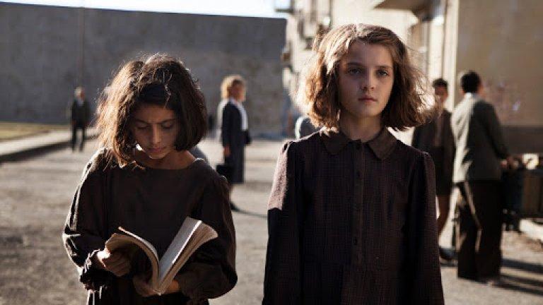 """""""Гениалната приятелка"""" / L'amica geniale - Италия Този неаполитански сериал определено се превърна в хит с излизането си, разказвайки историята на едно запазено във времето приятелство между две подрасващи момичета. Елена и Лила са две малки момичета, за които приятелството е колкото опора, толкова и жестока конкуренция. На фона на Неапол след Втората световна война двете момичета порастват заедно и откриват истините за живота една с друга."""