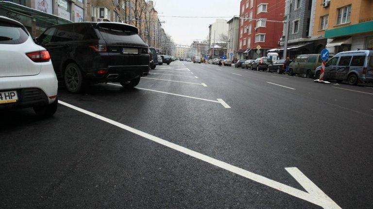 Слава Богу, завалява сняг и не само скрива проблемната зона, но и превръща всяко паркиране в твърде дълга мъка.