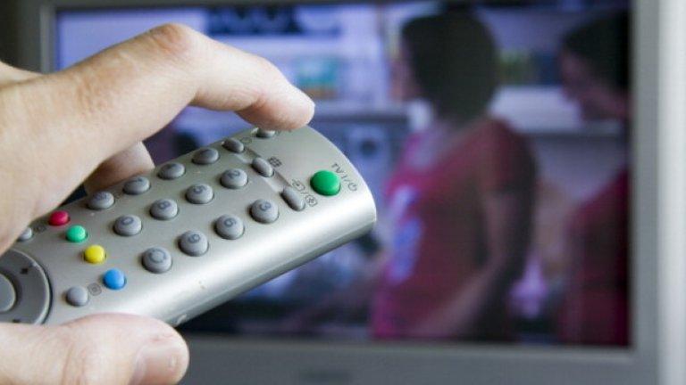 Ако все пак си причиним филм по телевизията, се налага предварително да се заредим с търпение. Но има ли наистина смисъл да си разваляме настроението с празнични програми?
