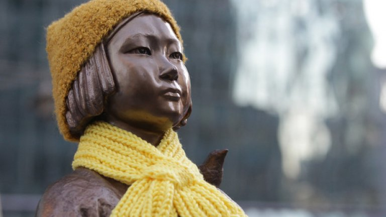 """Сред исканията на Япония да бъде премахната статуята на момиче, символизиращо """"жените за утеха"""", която днес се намира пред посолството в Сеул."""