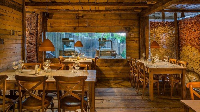 Millixhiu, Тирана, Албания   Ресторантът е отворен през март месец 2016-а и предлага нов прочит на традиционни албански ястия. Интериорът, в който преобладава дървесината, изглежда топъл и уютен. Повечето посетители се влюбват от пръв поглед в мястото.