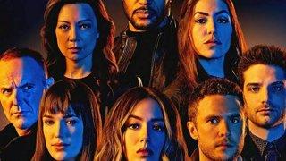 """Агентите на Щ.И.Т. (Agents of S.H.I.E.L.D.) Сезони: 7 Статус: приключва през 2020 г.  Първият сериал, част от споделената филмова вселена на Marvel, се фокусира не върху известен супергерой, а върху обикновени хора - агенти на тайната шпионска организация, ръководена от Ник Фюри, който трябва да се справят със заплахите """"зад кулисите"""". Фантастичните елементи се трупаха сезон след сезон, а в крайна сметка сериалът се оказа достатъчно гледан, че да се задържи на екран цели седем сезона. Финалът ще видим през 2020 г."""