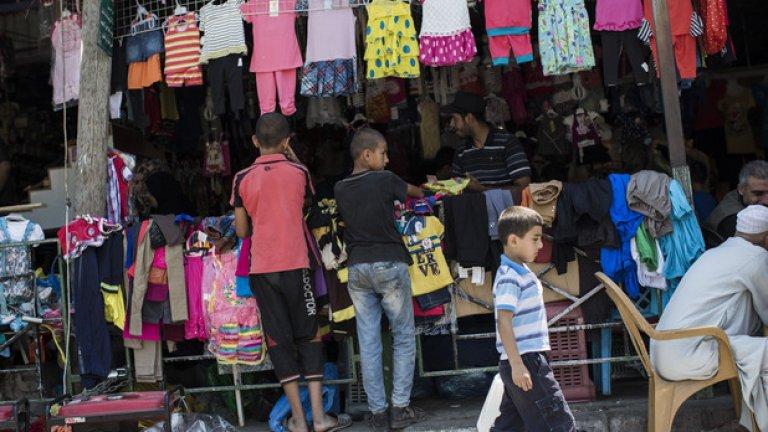 Газа, 16 август, 2014 -  деца продават дрехи на пазара