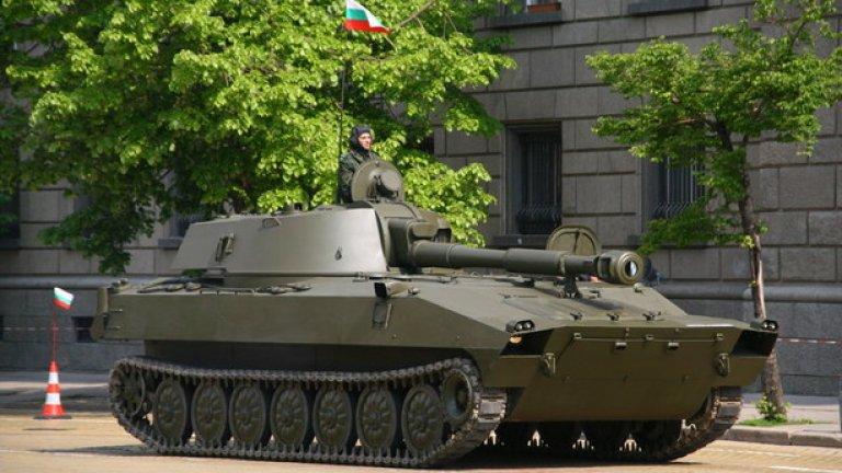 """2С1 """"Гвоздика""""  Самоходната артилерийска установка 2С1 """"Гвоздика"""" е въоръжена с една 122-mm гаубица, която може да поразява цели на дистанция 17,4 km. Има екипаж от четири човека и маса от 16 тона. Произвеждана е по руски лиценз в България."""