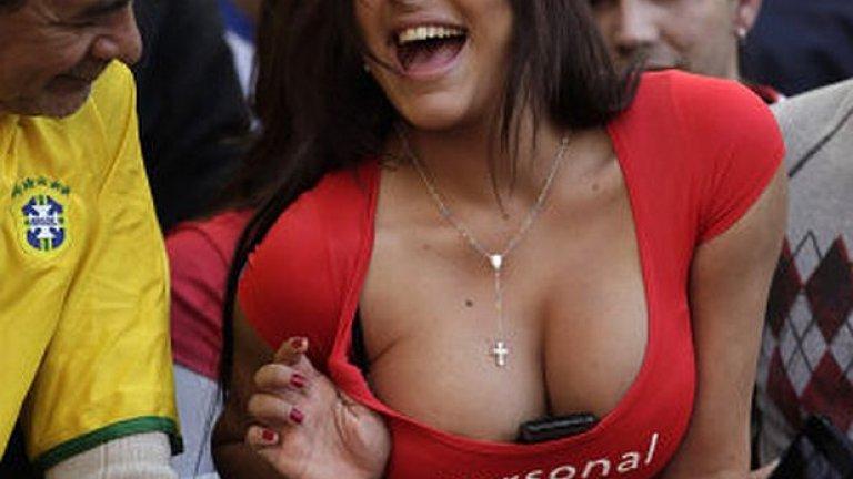 Втъкнатият между гърдите мобилен телефон се превърна в нейна запазена марка