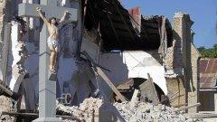 Само разпятието на Христос е останало от тази срутена църква в столицата на Хаити Порт-о-Пренс след земетресението