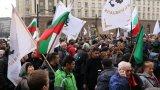 Полицията напръска с лютив спрей протестиращи пред сградата на МРРБ