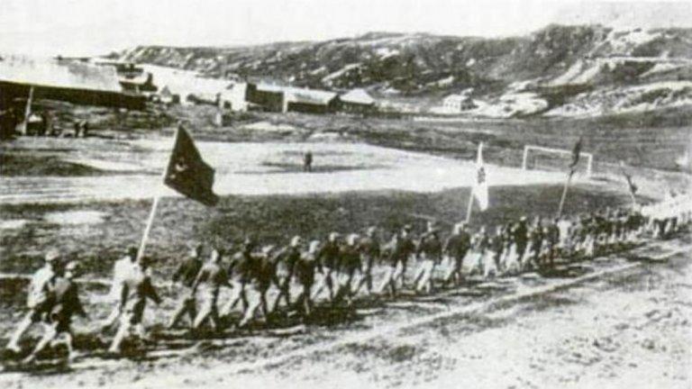 Без футбол на Южните Сандвичеви острови  Навремето Грютвикен се явява нещо като столица на Южна Джорджия и Южните Сандвичеви острови. Разположени на 1600 км източно от Южна Америка, островите са британско владение. През 1928 г. на тях се провежда футболен турнир, а в един от мачовете играе дори местният свещеник. За целта в Грютвикен изграждат футболно игрище, което се ползва чак до 1966 г. от отборите от общо пет населени места. След това обаче почти цялото население напуска островите, и днес там стоят само руините на съоръжението. Не го ползва дори и пребивавалият там между 1982 и 2001 г. британски военен контингент.