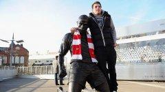 """Фен на Арсенал се снима със статуята на Тиери Анри пред стадион """"Емирейтс"""""""