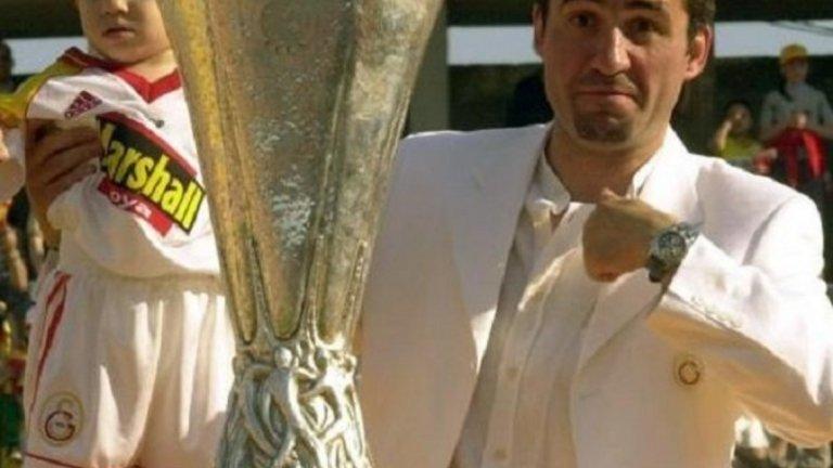 Георге Хаджи със сина си Янис Хаджи с Купата на УЕФА през 2000 година, когато Галатасарай победи Арсенал на финала след изпълнение на дузпи. Малкият Янис ще навърши 21 през октомври и върви уверено по стъпките на баща си, като вече е свързван с редица европейски грандове, включително и Барселона.