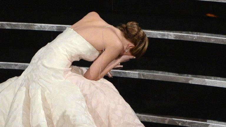 """Падането на Дженифър Лорънс на """"Оскар"""" 2013   Още един гаф точно като за награда """"Оскар"""". Дженифър Лорънс, любимка на огромна част от публиката, тъкмо е чула името си за най-добра актриса за """"Наръчник на оптимиста"""".  Актрисата тръгва към подиума в красивата си бяла рокля и... явно се препъва в шлейфа си и пада на стъпалата. В типичния си стил тя го обръща на шега, но мнозина подозират, че това е било просто блъф, който да я отличи от колежките й и да я накара да изглежда """"по-земна""""."""
