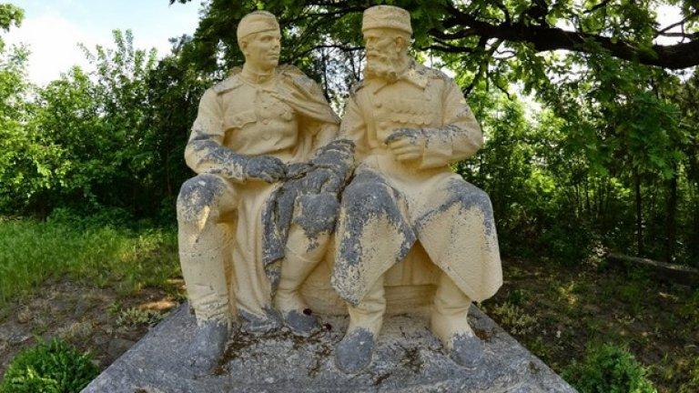 """Каменната скулптура """"Вечна дружба"""", създадена през 1953 година от Петър Златарев."""