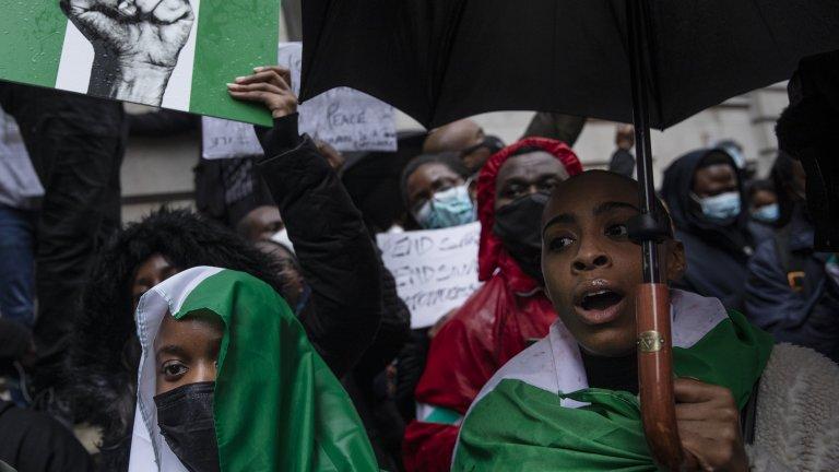 Близо 100 души бяха убити по време на мирните протести в Нигерия, където властва насилието