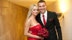 Моника бе прекрасна в червено на сватбата си с Лукас през юни 2011 г.
