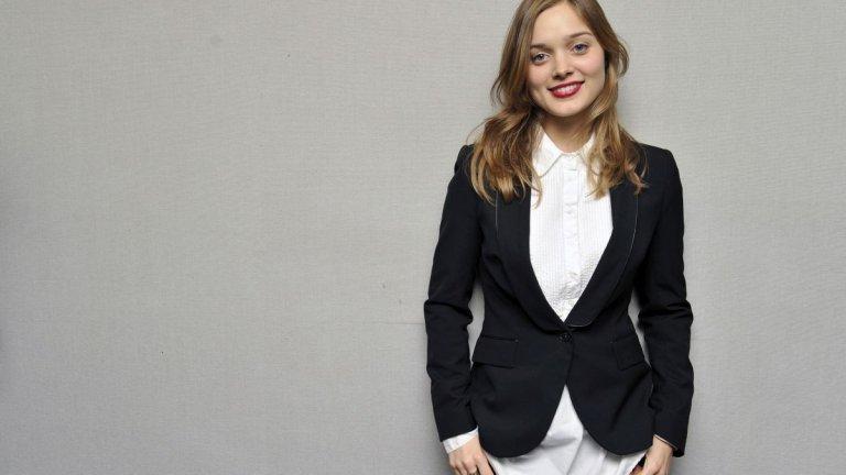 """Бела е на 12, когато губи майка си. Това е нещото, което всъщност я тласка към курсовете по актьорско майсторство, в които намира начин да се справи с тъгата. Баща ѝ се надява тя да го последва в адвокатския бранш и дори ѝ намира работа във фирмата си, докато в същото време Бела участва в сериала """"Съседи"""" (Neighbours) в родната си Австралия. Актьорството обаче постепенно се превръща в нещо повече от хоби, а шансовете и тя да стане юрист постепенно изчезват."""