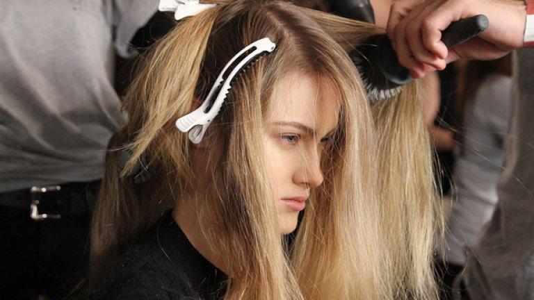 Правата коса е красива и стилна, но ако естествената ви грива не стърчи надолу като праз, по-добре не я изправяйте със сешоар или преса прекалено често