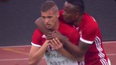 """Десподов и Кулма празнуват втория гол във вратата на Левски. Двете попадения в началото съсипаха """"сините"""", а ЦСКА нямаше почти никакви проблеми в мача"""