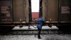 Пътнически влак е дерайлирал, след като се блъснал в ТИР