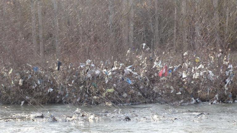Сметище се образува и в река Струма