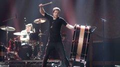 Дан Рейнолдс и останалите от Imagine Dragons изживяват мечтата си през 2013-а. Групата умее да прави шоу на живите си участия